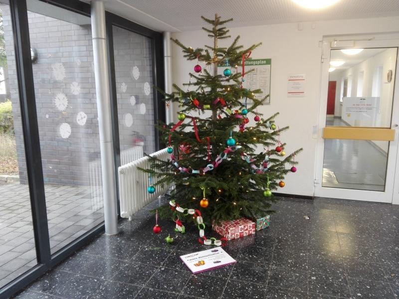 Das ist der Weihnachtsbaum im Sperberweg kurz nachdem der Baum aufgestellt wurde. Da lagen noch nicht viele Pakete.