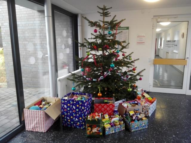 Ein Zwischenstand: Der Weihnachtsbaum im Sperberweg. Da liegen schon einige Pakete.